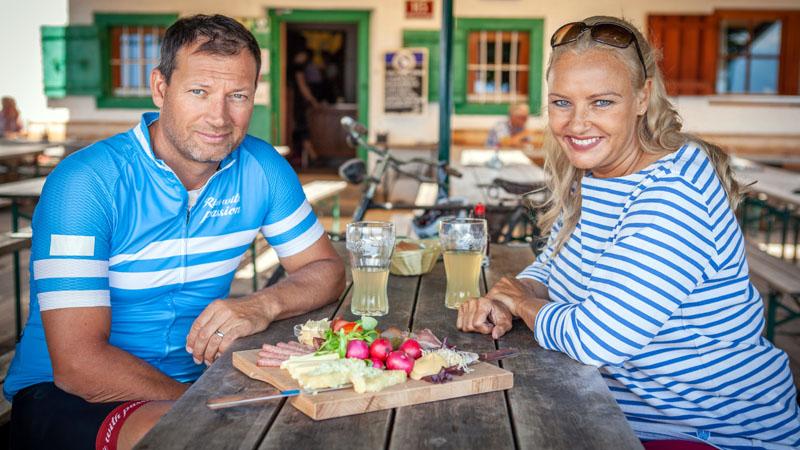 Stephan Eberharter und Verena Scheitz bei der Jause