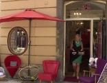 """Christine Danda """"jagt"""" nach altem Mobiliar und nostalgischem Wohnaccessoire, dass dann in ihrem Geschäft """"Augenweide"""" in der Grazer Hofgasse zu erwerben ist."""
