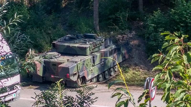 Panzer von Straße abgekommen