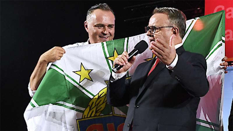 Hans Niessl gratuliert Hans peter Doskozil zu seiner Wahl
