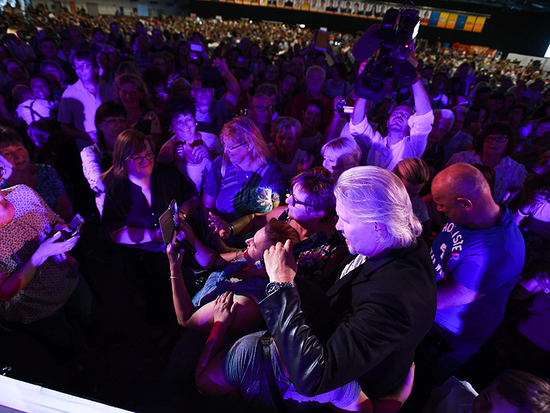Johnny Logan mit Publikum