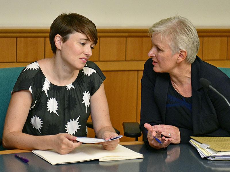 Sigrid Maurer und Anwältin Maria Windhager