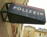Schrift Polizei auf Gebäude