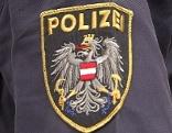 Schriftzug Polizei auf Abzeichen