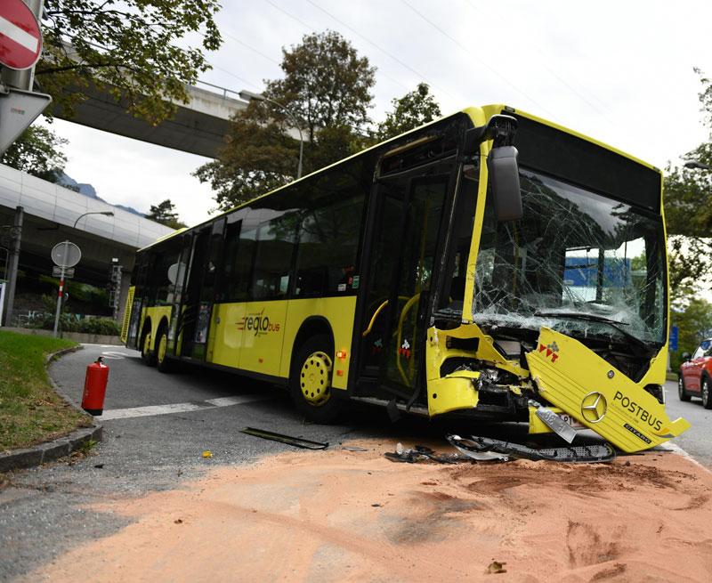 Unfall Linienbus Kastenwagen