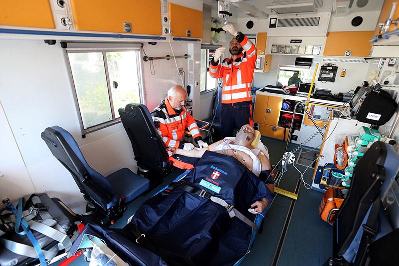 übergewichtiger Patient im Rettungsauto