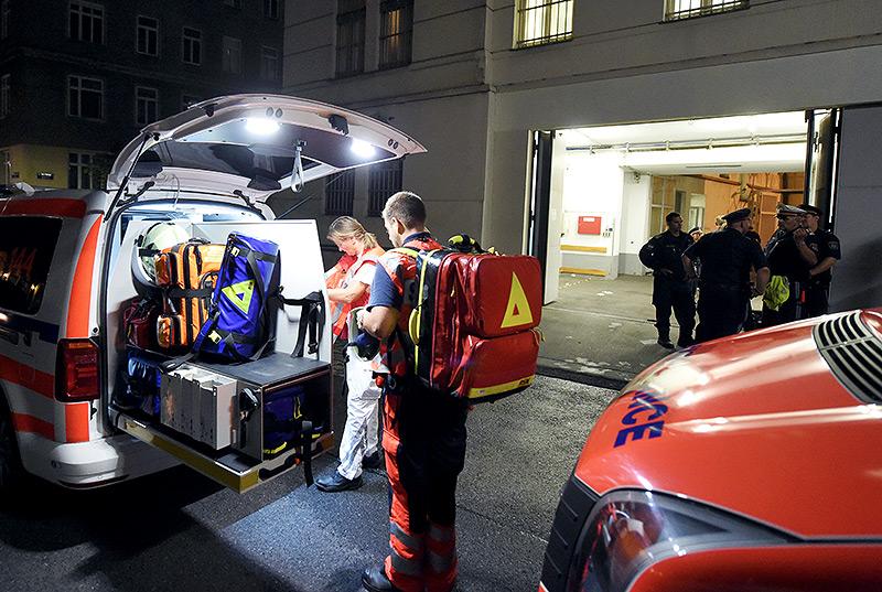 Rettungskräfte vor dem Polizeianhaltezentrum (PAZ) am Hernalser Gürtel