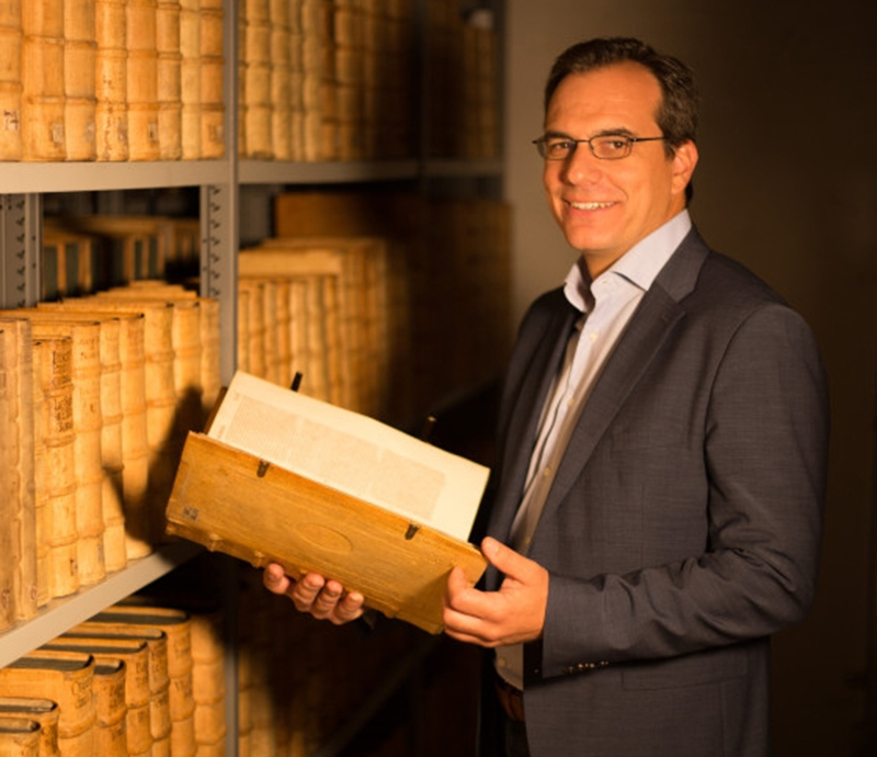 Der Leiter des Diözesanarchivs, Matthias Perstling