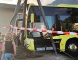 Bus prallt gegen Erdhaufen