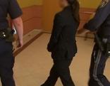 Die angeklagte Mutter auf dem Weg in den Gerichtssaal