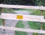 Zaun auf dem Gehweg richtung Umbrüggler Alm