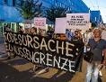 """Teilnehmer des """"Walk of Responsibility - Liste mit fast allen Namen der im Mittelmeer ertrunkenen Flüchtlinge wird in die nähe der EU-Staats-und Regierungschefs getragen"""", 19.9.2018, Salzburg"""