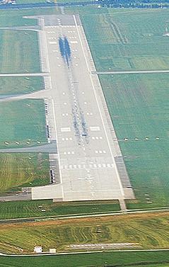 Salzburg Airport Piste 33 Anflug von Süden LOWS Flughafen Hangar 7 Red Bull