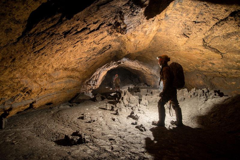 Höhlenforscher in Durchstieg in der Hiraltzhöhle