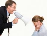 Chef schreit Mitarbeiterin an