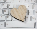 Holzherz auf Computertastatur