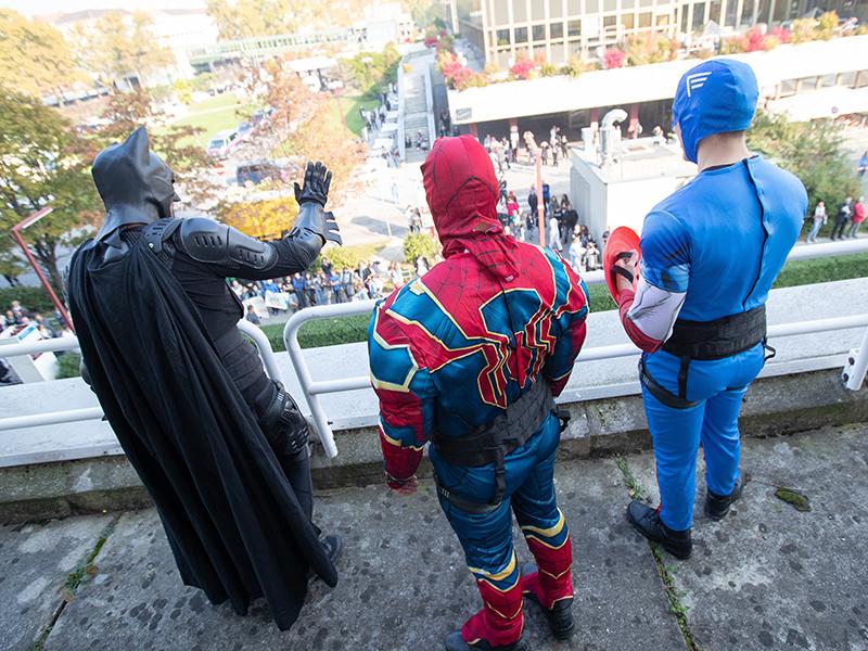 """WEGA-Seiltechniker seilen sich am 10. Oktober 2018, als """"Superhelden"""" im Rahmen eines Medientermins der Landespolizeidirektion Wien vom Dach der AKH-Kinderklinik ab"""