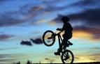 Junge auf einem Rad