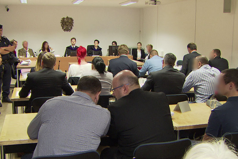Voller Saal im Landesgericht Salzburg bei Drogenprozess