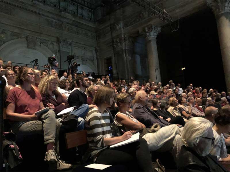 Erstes Hearing der Bewerberinnen und Bewerber um die Grüne Spitze im Odeon-Theater - Im Bild: Die Besucherinnen und Besucher