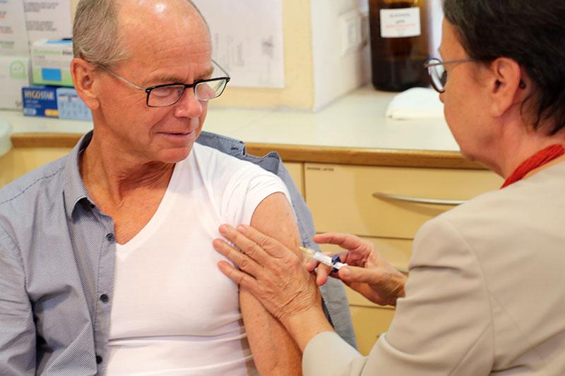 Gesundheitsreferent Christian Stöckl bekommte eine Impfung per Spritze in den Oberarm