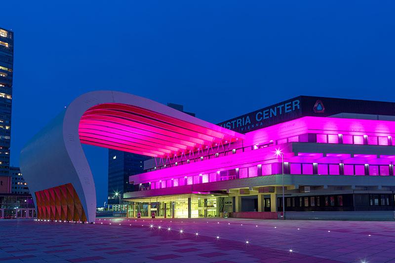 Austria Center Vienna wird rosa angestrahlt