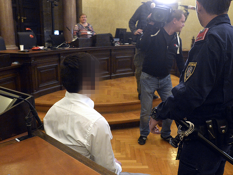 """Der Angeklagte vor Prozessbeginn wegen Mordes """"91-Jährige in Wien-Penzing mit Holzscheit und Hammer erschlagen"""" am Mittwoch, 10. Oktober 2018, im Großen Schwurgerichtssaal"""