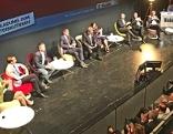 Wahlkandidaten diskutieren auf Podium