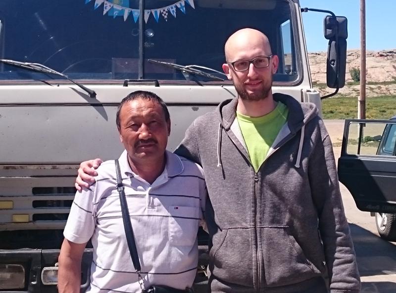 Zwei Männer vor Lkw