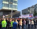 Demonstranten protestieren vor der Gebietskrankenkasse gegen die Kassenreform