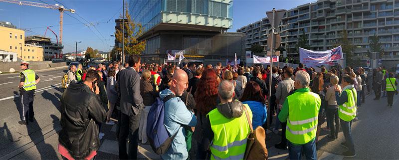 Demonstranten vor der Salzburger Gebietskrankenkasse