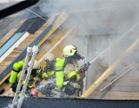 Feuerwehren im Einsatz bei Dachstuhlbrand in Eben
