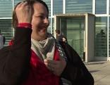 Gehörlose Gebärdendolmetscherin beim Sprechen in Gebärdensprache