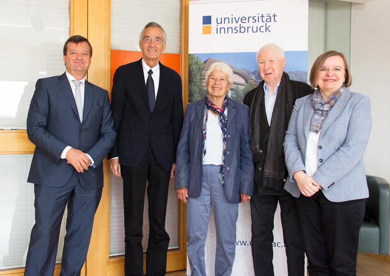 V.l.n.r.: Werner Ritter (Vorsitzender Universitätsrat), Tilmann Märk (Rektor), Edeltraut Ott und Georg Ott (Stifter-Ehepaar), Ulrike Tanzer (Vizerektorin für Forschung)