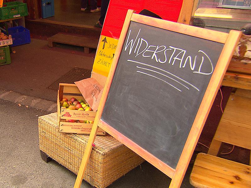 """Schild """"Widerstand"""" bei Markt am Yppenplatz"""