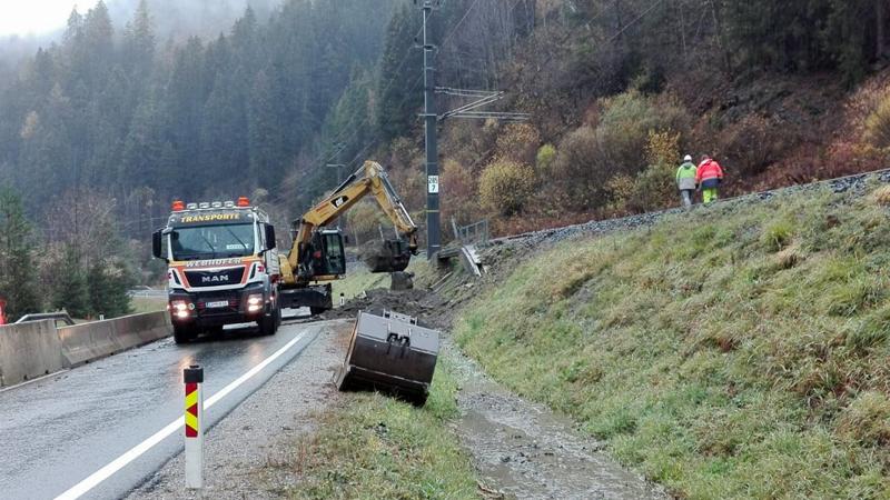 Aufräumarbeiten nach Mure auf Gleise