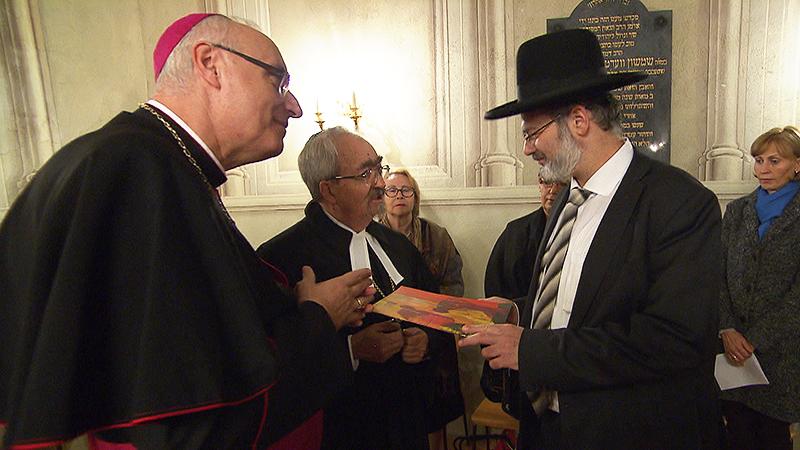 Bischof Ägidius Zsifkovics und Superintendent Manfred Koch überreichen Oberrabbiner Arie Folger den Hirtenbrief