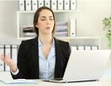 Frau macht vor Laptop Entspannungsuebung