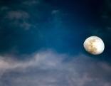 Mond, blauer Himmel, Wolken