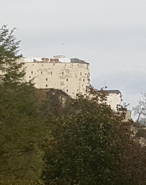 Festungsdach mit Planen vom Sturm wieder abgedeckt