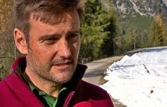 Martin Tauber vor Schneeband im grünen Wald