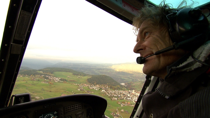 Hubschrauberpilot Marco Kostner beim Flug mit Kopfhörer