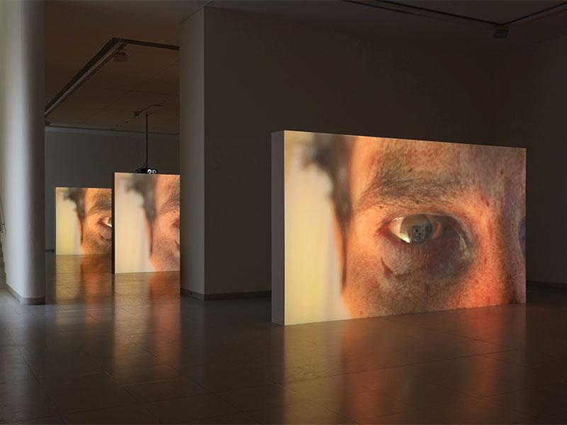 Drei-Kanal-HD-Video mit 5.1 Surround Sound, 9:05 Min., Loop Installationsansicht Corpsing, MMK Museum für Moderne Kunst, Frankfurt am Main, 2017 Foto: Axel Schneider