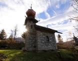 """Kapelle des """"Maurer Schorsch"""" Kreuzwegs in Großarl mit Herbstsonne"""