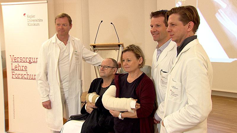 Maria Berger und Engelbert Esletzbichler mit Ärzten der Linzer Uniklinik