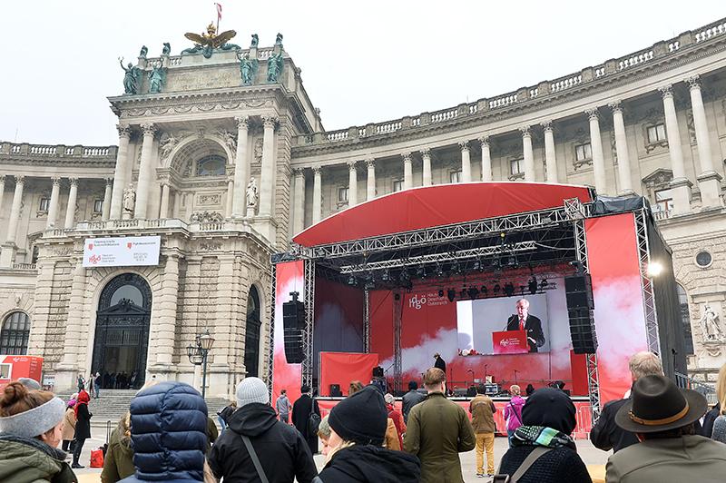 """Oliver Rathkolb auf einem Videoscreen im Rahmen der Eröffnung des """"Haus der Geschichte Österreich"""" am Heldenplatz in Wien"""