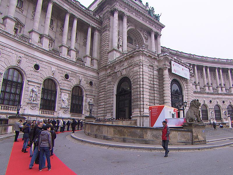 Besucher vor Haus der Geschichte in der Hofburg
