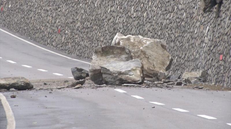 herabgestürzter Felsbrocken auf der Vinschgauer Straße