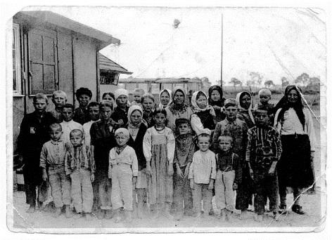 Kinder im Lager eines Motorenwerks bei München