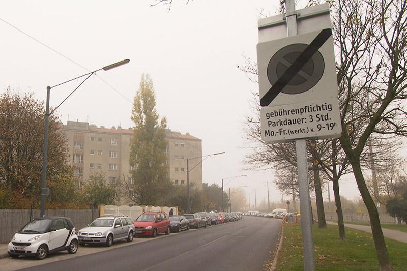Straße mit Autos und Schild